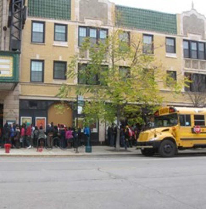 Music Box Theater mit Schulbussen