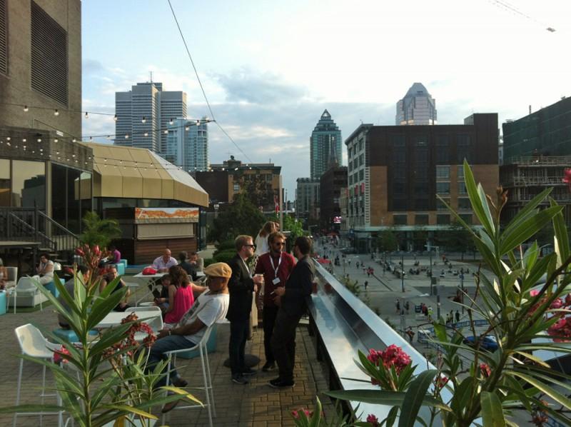 Festivalzentrum auf der Dachterasse des Hyatts mit Blick über Downtown Montreal. Hier trifft man jeden Tag viele FestivalmitarbeiterInnen und diverse Filmschaffende.
